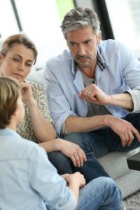 ouders doe de scheidingsmelding aan hun zoon